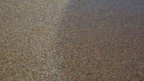 海滩和海,海波浪舔了沙滩 免版税库存照片