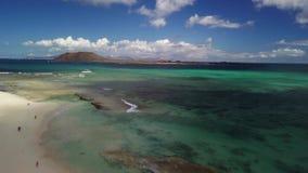 海滩和礁石鸟瞰图  股票录像