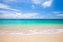 海滩和美丽的热带海 免版税库存照片