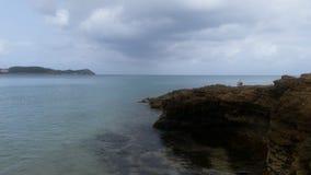 海滩和美好的天空清早视图的看法 免版税库存图片