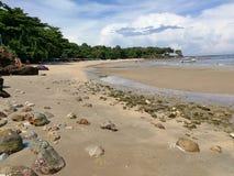 海滩和蓝天 免版税库存照片