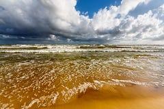 海滩和风雨如磐的海运 免版税库存图片