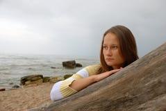 海滩哀伤的妇女 免版税图库摄影