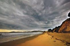 海滩喜怒无常的新的海洋和平的天空&# 库存图片