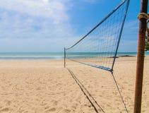 海滩在一个晴天的排球净额 免版税库存图片