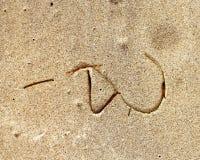 海滩在一个沙滩的标志海草 库存照片