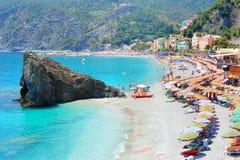 海滩在意大利村庄Monterosso 免版税库存图片