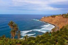 海滩在普埃尔托德拉克鲁斯-特内里费岛海岛(金丝雀) 图库摄影