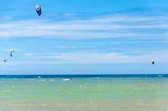 海滩在有多风筝冲浪的Cumbuco 免版税图库摄影