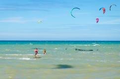 海滩在有多风筝冲浪的Cumbuco 免版税库存图片