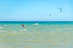 海滩在有多风筝冲浪的Cumbuco 图库摄影