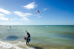 海滩在有多风筝冲浪的Cumbuco 库存照片