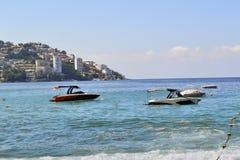 海滩在有小船的阿卡普尔科 免版税库存照片