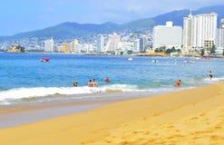 海滩在有游人和旅馆的阿卡普尔科 免版税库存照片
