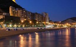 海滩在阿利坎特在晚上 免版税图库摄影