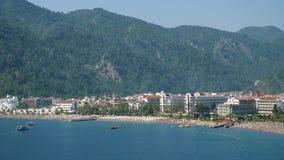 海滩在马尔马里斯港从在山的看法平台去除了在夏天 股票录像