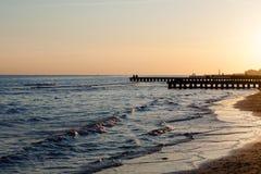 海滩在黎明,码头透视图 库存照片