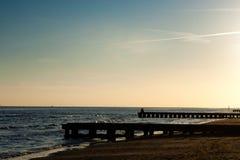 海滩在黎明,码头透视图 免版税库存图片
