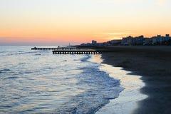 海滩在黎明,码头透视图 库存图片