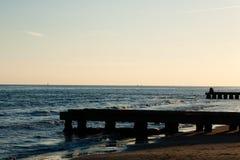 海滩在黎明,码头透视图 免版税库存照片