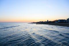海滩在黎明,码头透视图 图库摄影