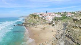 海滩在Azenhas旁边的鸟瞰图和峭壁毁损村庄 影视素材