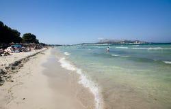 海滩地中海, Alcudia,马略卡,西班牙26 06 2017年 免版税库存照片