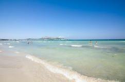 海滩地中海, Alcudia,马略卡,西班牙26 06 2017年 免版税图库摄影
