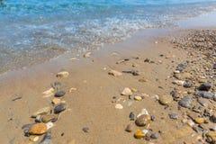 海滩场面、岩石和小波浪,海岸的平静的风景 免版税库存照片