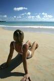 海滩坐的妇女年轻人 图库摄影
