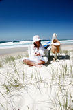 海滩坐的妇女 库存图片