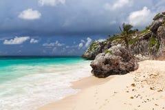 海滩墨西哥岩石tulum 免版税库存照片