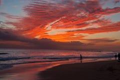 海滩夏威夷考艾岛日落冲浪者 库存图片