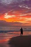海滩夏威夷考艾岛日落冲浪者 图库摄影