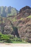 海滩夏威夷kalalau考艾岛瀑布 免版税库存照片