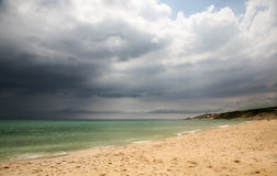 海滩多云日 库存图片