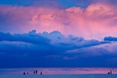 海滩夜间场面 免版税库存照片