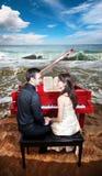 海滩夫妇临近钢琴 库存图片