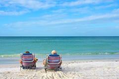 海滩夫妇享用 免版税图库摄影