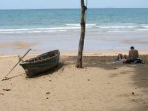 海滩夫妇享用 免版税库存照片