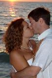 海滩夫妇亲吻婚礼 免版税库存照片