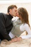海滩夫妇亲吻的浪漫年轻人 图库摄影