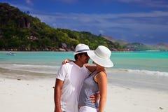 海滩夫妇亲吻 免版税库存照片