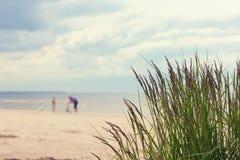 海滩夫妇休息的海运 免版税库存图片