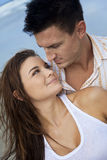 海滩夫妇供以人员浪漫妇女 库存图片