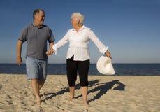 海滩夫妇前辈 免版税库存图片