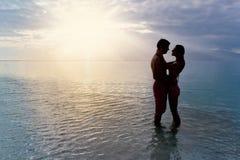 海滩夫妇剪影 免版税库存照片