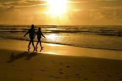海滩夫妇剪影 免版税库存图片