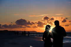 海滩夫妇剪影 库存照片