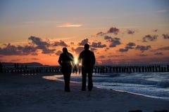 海滩夫妇剪影 库存图片
